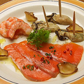 料理メニュー写真海鮮スモーク3種盛合せ~海老・サーモン・カキ~