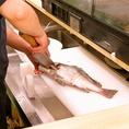 厳選された食材・新鮮さをキープ・その魚にあった調理法・丁寧に盛り付けされたお料理をお楽しみください。春夏秋冬…季節によって水温が変わる瀬戸内海は、その度に沢山の魚が入れ替わります。各時期により旬のお料理をご提供いたします。一年中楽しめる海鮮居酒屋です。ランチは680円(税込)~定食がお楽しみいただけます