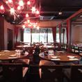 広々としたフロアのテーブル席。赤を基調としたレトロな店内で、当店自慢の本格中華料理とご歓談をごゆっくりお楽しみください。大人気!【貸切・パーティーも承っております♪】40名様~70名様、立食80名様までご利用いただけます。