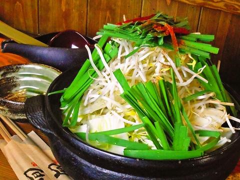 ドリンクが100種類以上!国産もつをオリジナルだしで!人気の「もつ鍋」が味わえる。