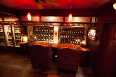 100種類の泡盛古酒が微笑むお二人様専用カウンター。泡盛のラベルを観ながら日本酒を飲まれる方もいらっしゃいます。 【予約】ソファーを換えて3席に変更出来ます。(状況により)