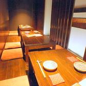 最大14名様まで着席頂けます。普段は4名様テーブルが3つ並んであり、お隣とは薄いカーテンで仕切ってあります。