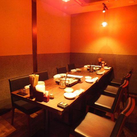 【個室も完備!歓送迎会にも♪】新宿パークタワーの地下に位置する『博多ぶあいそ別邸』。人気の完全個室は接待やプライベートな宴会にも最適です。個室席は比較的お席が埋まりやすいため、お早めに予約をお願いします。和のテイストを入れた居心地のよい空間で「博多流のこだわり」をお気軽にお楽しみください。