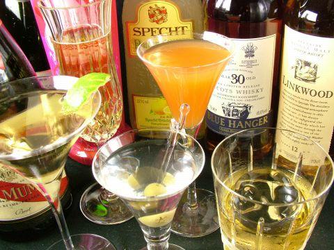 数種類のボトルが照明を落とした空間に浮かぶ。お酒を注ぐグラスも一流品を使用。