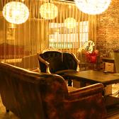 ブラウンを基調にした落ち着いた雰囲気の個室を完備。5名様個室を全20部屋ご用意しております。個室の仕切りは取り外しが可能なため、10名様や20名様、最大300名様までの個室利用もOK!接待のご利用にもおすすめの空間です。