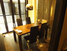 店内は、テーブル席、個室は掘りごたつ席、テーブル席など広々空間に余裕を持って配置。個室空間を増やし、よりお客様のプライベート空間を愉しめるようにいたしました。