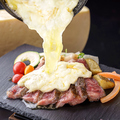 料理メニュー写真黒毛和牛のレアステーキ ラクレットチーズ掛け