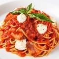 料理メニュー写真フレッシュモッツァレラと厚切ベーコンのトマトパスタ