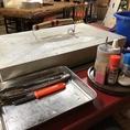 牡蠣を焼く専用テーブルもございます!フタもある為飛び散りの心配もご無用!調味料も醤油、ポン酢、塩、一味唐辛子がございます。牡蠣小屋は冬から春にかけてみ解放しておりますので、是非この機にお越しください!