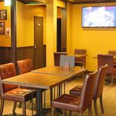 3名様はテーブルは2卓あり、1階にございます。テレビモニターもあり、各スポーツ観戦にも最適です。