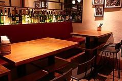 仲間と語れるゆったり座れるテーブル席。組み合わせで4名様でも8名様でも対応できます♪