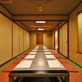 4部屋の個室をつなげて、人数に合わせた空間をご用意。広々とした配置で仲間の顔を見渡しやすく、自然と会話も弾みます。