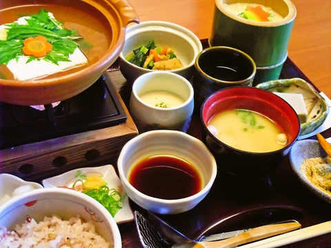 嵐山駅徒歩5分。店で汲み上げる湯葉が自慢のお食事処。散策の途中にお気軽にどうぞ。