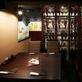 当店自慢の焼酎セラーに近いお席です。当店の一番広い個室でございます。広々としたテーブル席で大人数でもゆったりとお過ごしいただけます。会社のご宴会、仲間との飲み会、女子会、合コンなどにぜひご利用下さい!