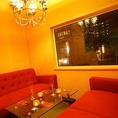 独立したお席は人気の個室風ソファ席です。窓からは外も見え開放感があり、お洒落なアンティークが飾られており、落ち着く空間です。