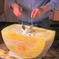 お席で目の前で調理しご提供いたします★くり抜いたチーズの中にアツアツのリゾットが…♪コースでも単品でもお愉しみ頂けます◎