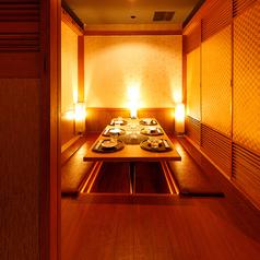 団体様のご利用にも最適です。洗練された空間は、優しく灯る間接照明が印象的な個室席です。個室席のご予約はお早めに!人数に合わせたお席をご提案させていただきます。