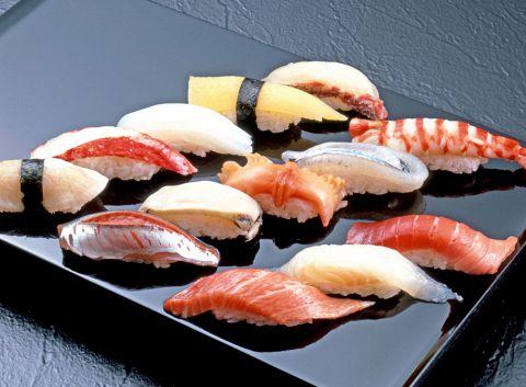 旬の鮮魚を心ゆくまで味わえるお好みにぎりは【1貫 162円~648円】とリーズナブル