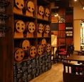 【ワイン樽が並ぶオシャレな雰囲気】ワインバレルが並ぶ様子は、まるでワイナリーのよう!店内はオシャレでありながらもアットホームな雰囲気。お仕事終わりでもお気軽にお立ち寄りください。