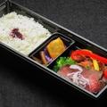 料理メニュー写真ローストビーフと鶏唐揚弁当