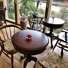アンティークのテーブル席