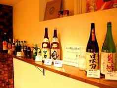 お酒が並ぶおしゃれな棚。