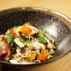 料理メニュー写真スクランブルエッグのシーザーサラダ