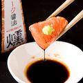 料理メニュー写真炙りサーモン刺をスモーク醤油で