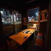線路越しに新宿の街が眺められるテーブル席半個室。4名様から最大8名様までご利用いただけます。ご友人や仕事仲間とわいわい賑やかにご宴会をお楽しみください。