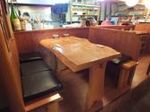 店主の調理姿が見られるカウンター席。