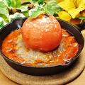 料理メニュー写真鉄板でいただく!!まるごとトマトと肉汁たっぷりのハンバーグ