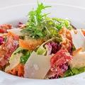 料理メニュー写真ベーコンとパルメジャーノのシーザーサラダ