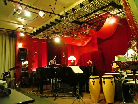 カジュアルな欧風料理とジャズピアノや楽器の生演奏を満喫できる非日常的な空間♪