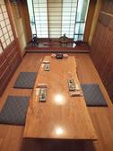 1階のお座敷個室は外の景色を眺めることのできる大きな窓ガラスで開放的な雰囲気があります。