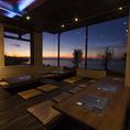 サンセットと夜景が楽しめる全面ガラス貼りの座敷席。
