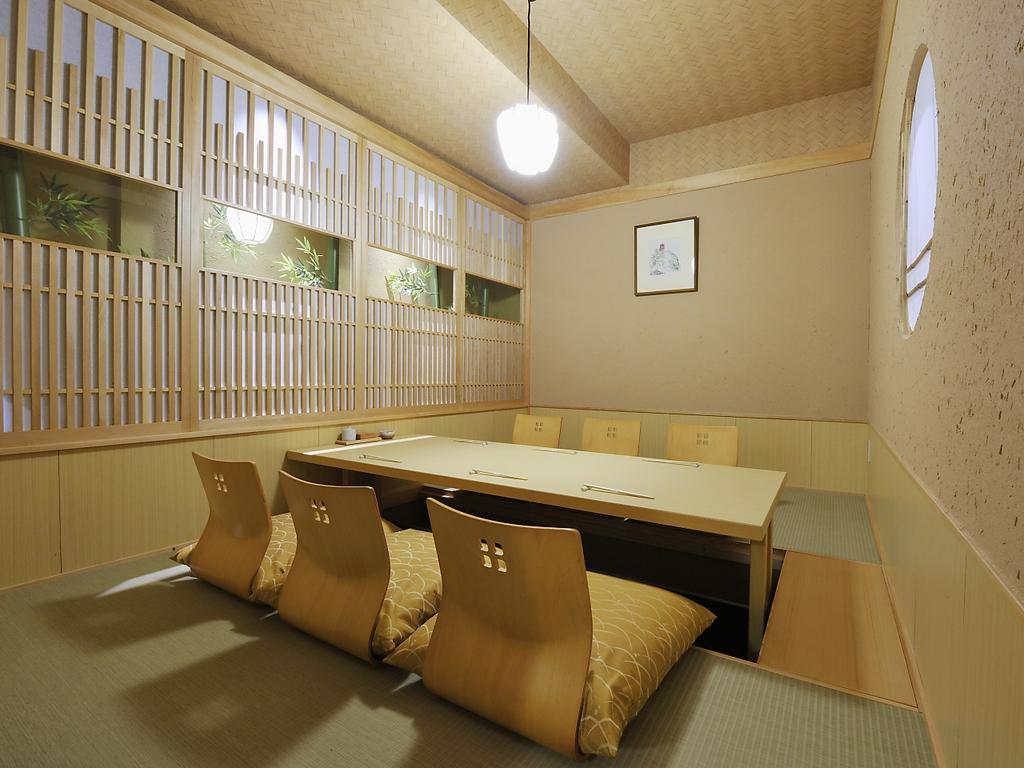 座敷席の他にも、掘りごたつ席個室も完備しております。接待や上司との会食にもご利用いただけます。