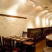 白い壁に映える木の温かみを感じるテーブル。席に限りがございます。ご予約はお早めに。ご不明な点はお気軽に店舗までお問合せください。