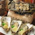 炭火焼きが自慢の当店では、日本酒を【赤い焔】で温め、最高の旨味を引き出します!広島と言ったら【牡蠣】!各地美味しい食材にあう日本酒約10種ご用意。日本酒のみ鳴らす、焼酎や日本酒も多く取り揃えております。粋なスタッフによる逸品料理をお楽しみください!