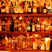 お酒のボトルが並ぶカウンター席はバーならではの癒し空間♪