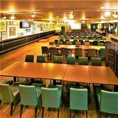 広々としたメインフロアにテーブル席をご用意しております。デートやご夫婦でのお食事、お仕事仲間との飲み会など少人数でお気軽にご利用いただけます。