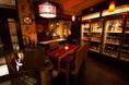 ビール、梅酒、泡盛、日本酒など100種を超えるお酒を目前に次のお酒を選びながら飲めるスペースです。        【予約】チェアを追加し4席に変更出来ます。(状況により【予約】写真左のカウンターと合わせ6席も可能。(状況により)