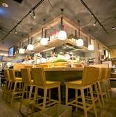 オープンキッチンを囲むようにあるハイカウンター席。お料理を作っている姿を間近で感じれる特別席。卓上のお料理が更に美味しく感じます。