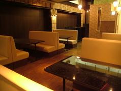 1Fにボック席とカウンター席のご用意。ライトや壁にもこだわりが!スタイリッシュでモダンな店内。ゆったりとした開放感を演出。