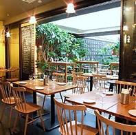 開放的なテラス席に落ち着いた雰囲気のハイテーブル☆