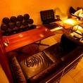 黒い革のソファ席。独特のすわり心地も楽しめる。