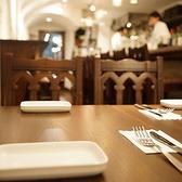 テーブルは2名様用、4名様用のご用意がございます。最大14名様も対応可能です。ご予約はお早めに。ご不明な点はお気軽に店舗までお問合せください。