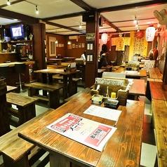 沖縄民謡のライブがご覧いただけるテーブル席。