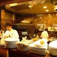 ライブ感のあるオープンキッチン。料理をしている姿を見ながらお料理をお楽しみいただけます。