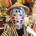 【会えたらラッキー!「チョンダラー」が現れる日も】沖縄の伝統芸能のひとつ「京太郎」と書いてチョンダラー。三線ライブをより一層盛り上げてくれます☆いつ現れるかはわかりませんが、会えたらラッキー!大人数グループの皆様も、この場で知り合ったお客様も、みんなでワイワイカチャ~シ~♪一緒に盛り上がりましょう!