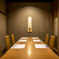 【上品なテーブル洋個室】8名様掛けのテーブル席は、周りを気にせずおくつろぎいただける個室席となっております。シンプルながら品のある雰囲気のお部屋は、普段のお食事はもちろんのこと、会食やお祝いのお席にもおすすめです。